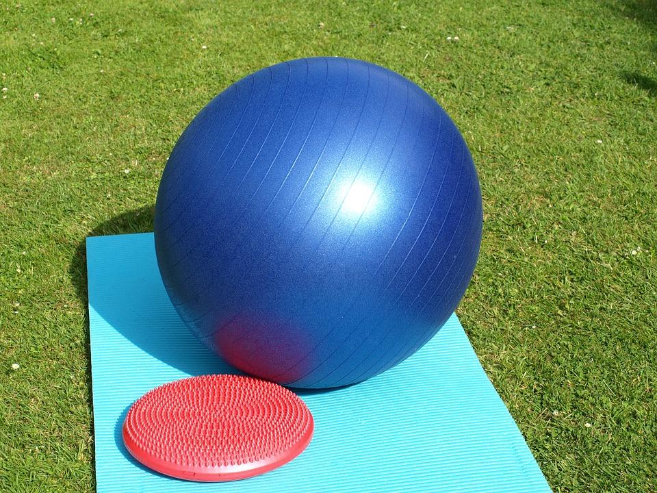 gymnastický míč na trávníku