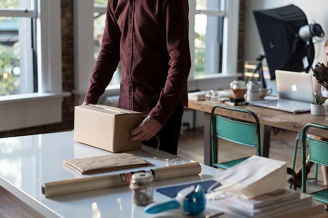 muž s balíkem