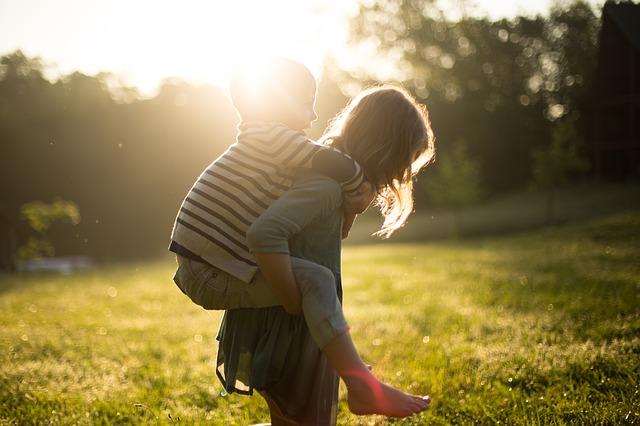 dívka s klukem na zádech