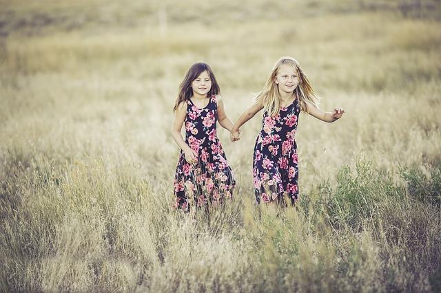 stejné šaty dívek