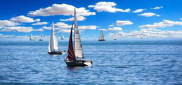moře s plachetnicemi