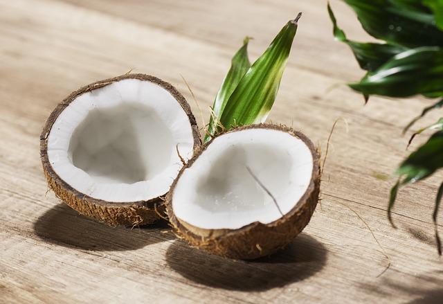 otevřený kokosový ořech s bílou dužninou