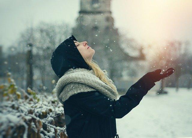 žena v zimní přírodě